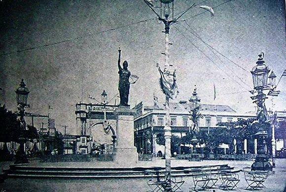 Detrás de la representación de la Libertad se observa un arco de triunfo, que se construían ante celebraciones cívico-populares, como el caso de la instauración de la República. Imagen tomada de Habana Radio.
