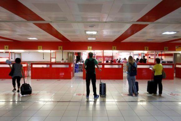 """Pasajeros aguardan el chequeo migratorio en el Aeropuerto Internacional """"José Martí"""", La Habana, el 1 de junio de 2017. Foto: REUTERS/Stringer"""
