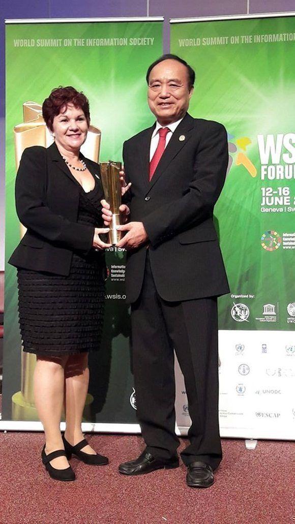 Entrega del premio de la Cumbre Mundial de la Información a Infomed.