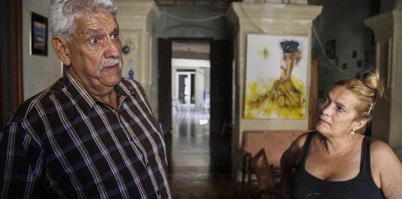 El historiador y periodista Pedro Vera junto a Olga Arias, propietaria actual de la última residencia de Modesto Tirado. Foto: Dennis M. Rivera Pichardo.