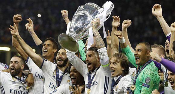 Ocho jugadores del Real Madrid integran el equipo ideal de la Champions. En la imagen, el capitán del Real Madrid, Sergio Ramos, levanta la duodécima orejona de los blancos. Fotos. Reuters,