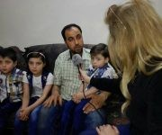 La familia Daqneesh durante una entrevista para la televisión. Foto: @KinanaAllouchePage/ Facebook.