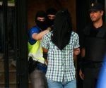 """La Policía Nacional detuvo el miércoles en Madrid a tres personas, entre ellas un supuesto miembro de la organización Estado Islámico (EI), que según el Ministerio del Interior suponía una clara amenaza para el país por su """"avanzado estado de radicalización"""". En la imagen, la policía escolta a uno de los detenidos el 21 de junio de 2017 en Madrid. Foto: Juan Medina/ Reuters,"""