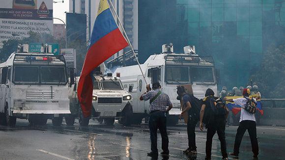 Secuestran un helic ptero y atacan sedes del tribunal for Ministerio del interior en ingles