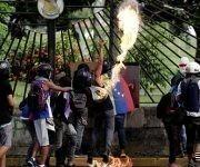 Fuerzas de choque vinculadas a la oposición venezolana arremetieron contra la base aérea militar de La Carlota en Caracas. Foto: Reuters.