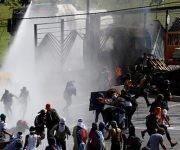 Venezuela ha sido asediada por grupos violentos que toman las calles avalados por dirigentes de derecha. Foto: Reuters.