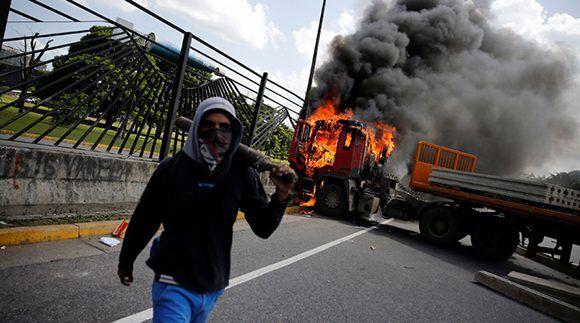 Utilizaron un camion para estrellarlo contra la cerca y luego derribarla. Foto: Reuters.