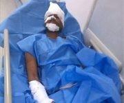 """Joven herido y apuñalado por la derecha venezolana al ser """"confundido como chavista"""". Foto: @NestorReverol/ Twitter."""