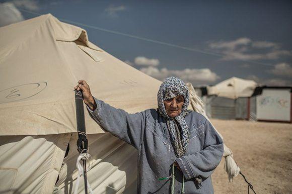 Una anciana que vive sola en una de las miles de cabañas en Zaatari. Foto: Pablo Tosco/ Oxfam Intermón.