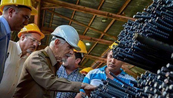 El Comandante de la Revolución Ramiro Valdés Menéndez(C. izq.), miembro del Buró Político del Comité Central del Partido y vicepresidente de los Consejos de Estado y de Ministros, en una visita a la Empresa de Aceros Inoxidables, Acinox-Las Tunas, en la provincia Las Tunas, Cuba, el 19 de julio de 2017. ACN FOTO /Yaciel PEÑA DE LA PEÑA/sdl