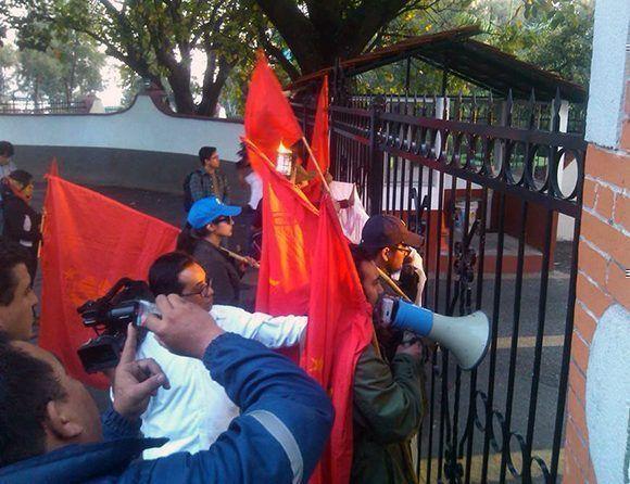 Diego Torres en una manifestacion junto a jovenes comunistas. Foto cortesía del entrevistado.