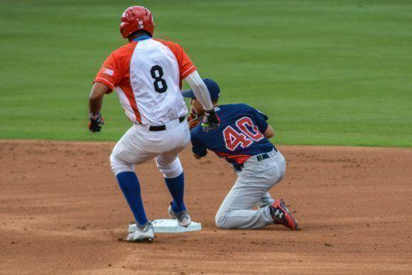 Raúl Gonzalez, jugador de cuadro del equipo cubano, durante el segundo juego de béisbol del tope bilateral entre los equipos de Cuba y Estados Unidos. Foto: ACN