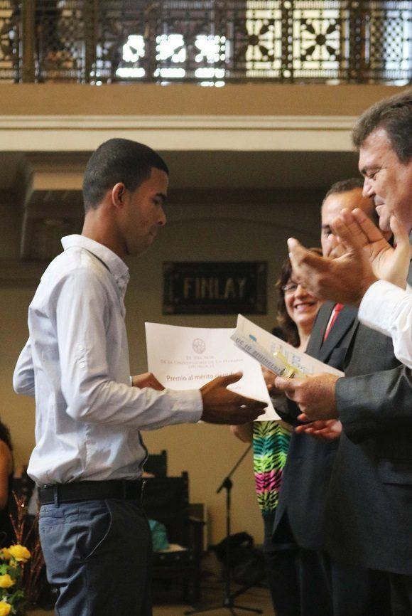 Cuatro estudiantes fueron especialmente reconocidos como graduados más integrales: Karlen Regaiferos Cruzata, mejor graduado de Periodismo. Foto: Darío Gabriel Sánchez García.