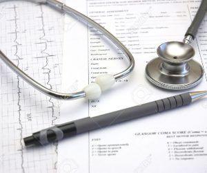 948627-m-dico-a-n-con-vida-hospital-tr-mites-de-admisi-n-y-un-consultorio-del-doctor-estetoscopio-foto-de-archivo