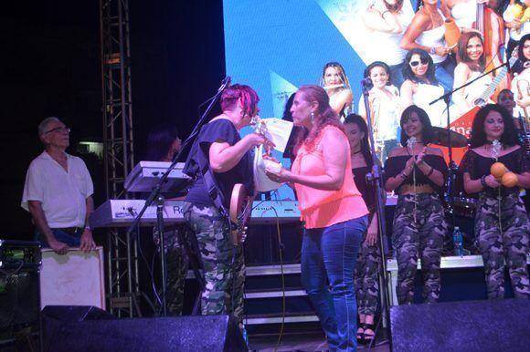 La Federación de mujeres Cubanas del Municipio Habana del Este, liderada por Belkis Martínez, hizo un reconocimiento a las Anacaona. Foto: Marianela Dufflar/ Cubadebate.