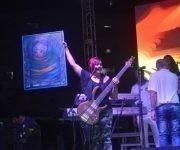 El artista de la plástica cubana, Ventura Pedrosa,  tuvo a su cargo la entrega personadle su obra, a la Directora de la agrupación. Foto. Marianela Dufflar/ Cubadebate.