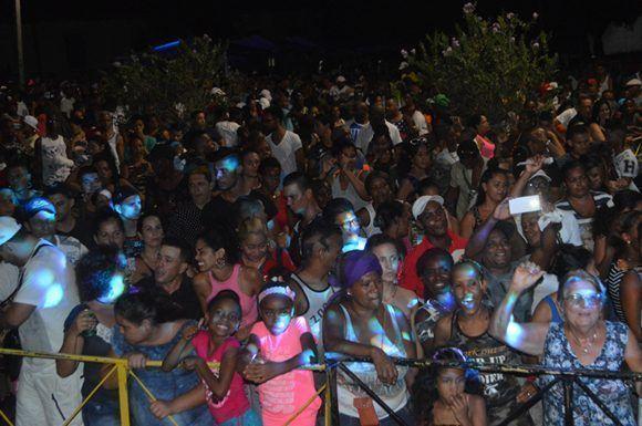 En Alamar el público bailó con Anacaona. Foto: Marianela Dufflar/ Cubadebate.