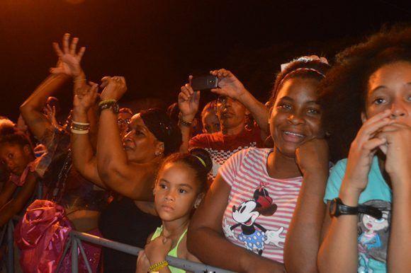 Los niños formaron parte del público que disfrutó en Alamar de las actuaciones de Anacaona. Foto: Marianela Dufflar/ Cubadebate.