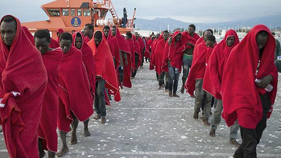 Emigrantes africanos llegan al puerto de Motril (Granada, España) de los 29 ocupantes de una embarcación neumática que llevaba más de 30 horas en el agua. Foto: EFE.