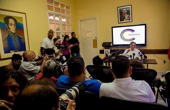 La conferencia de prensa tuvo lugar en la embaja de Venezuela en La Habana. Foto: Ismael Francisco/ Cubadebate.