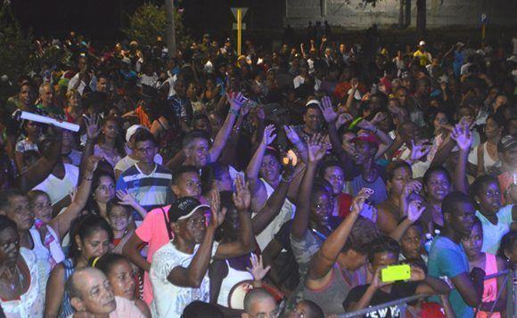 Gran cantidad   de personas acudieron al concierto de Anacaona. Foto: Marianela Dufflar/ Cubadebate.