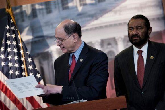 El demócrata Brad Sherman (izquierda), presenta el impeachment contra Donald Trump. Foto: AFP/ Brendan Smialowski.