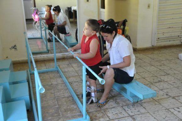 Karen, la niña camagüeyana, es atendida por la Licenciada Yamirka, fundadora de la institución, Foto: Juan Carlos Dorado / 5 de septiembre