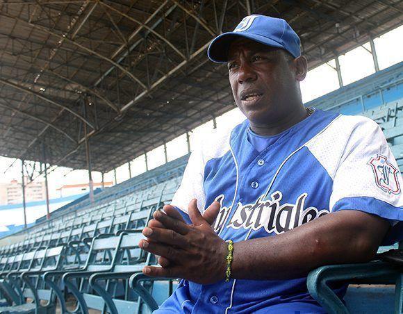 Tabares cree que Víctor Mesa ganará con Industriales su primera Serie Nacional como director. Foto: José Raúl/ Cubadebate.