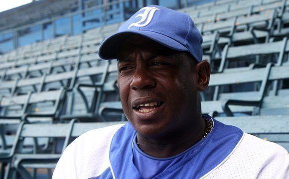 Tabares se retiró del béisbol cubano después de 25 años en la pradera central de Industriales. Foto: José Raúl/ Cubadebate.