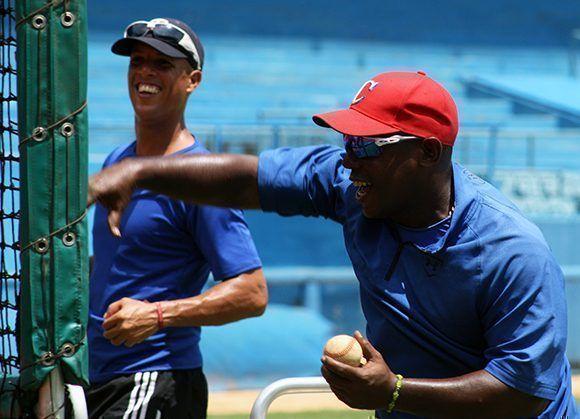 Tabares lanza a sus peloteros en las prácticas de bateo. Foto: José Raúl/ Cubadebate.
