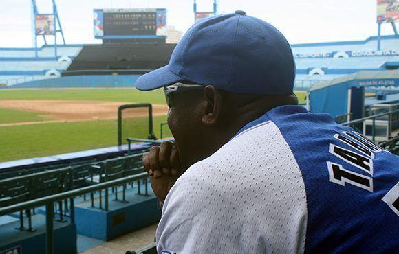 Cubadebate entrevistó a Carlos Tabares en el estadio Latinoamericano. Foto: José Raúl/ Cubadebate.