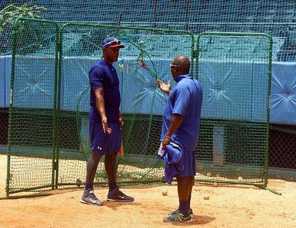 Alexander Malleta y Carlos Tabares conversan durante el entrenamiento de Industriales. Foto: José Raúl/ Cubadebate.