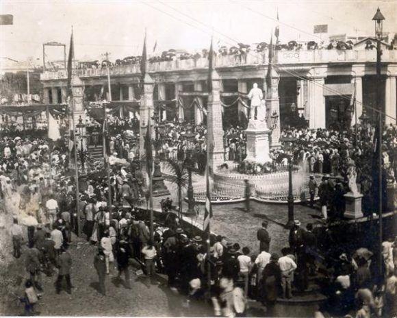 Ceremonia de inauguración de la plazuela de Albear, 15 de marzo de 1895. Foto tomada de Habana Radio.