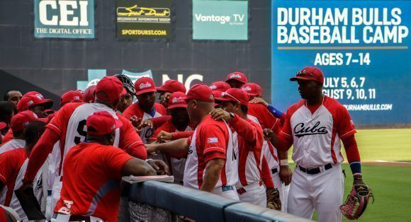 Equipo cubano de béisbol, durante el segundo juego, del tope bilateral entre los equipos de Cuba y estados Unidos, en el estadio Goodmon Field, en Carolina del Norte, el 03 de julio de 2017. ACN FOTO/Abel PADRÓN PADILLA