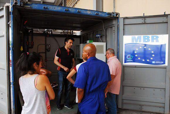 Profesores de la Universidad Tecnológica de La Habana chequean la calidad del agua vertida luego de ser tratada por el MBR. Foto: Fidel Alejandro Rodríguez/ Cubadebate.