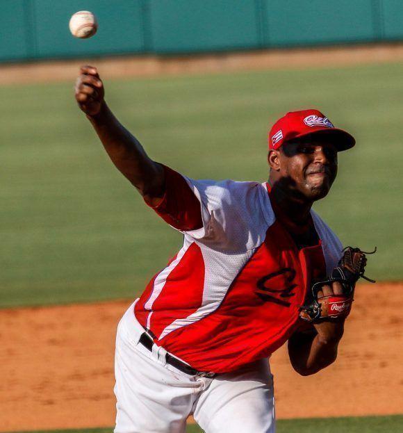Dachel Duquesne, pitcher abridor por el equipo de béisbol de Cuba, en el cuarto juego del tope amistoso entre las selecciones de Cuba y Estados Unidos, realizado en el complejo nacional de entrenamiento de la organización USA Baseball, en Carolina del Norte, Estados Unidos, el 06 de julio de 2017. ACN FOTO/Abel PADRÓN PADILLA