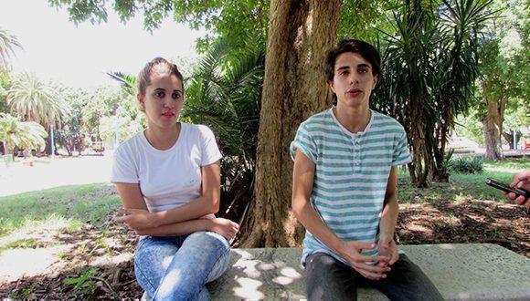 Dina y Adriano se han vuelto muy buenos amigos gracias al intercambio entre youtubers cubanos. Foto: Cinthya García Casañas/ Cubadebate.