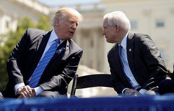 Donald Trump, a la izquierda, junto a Jeff Sessions. Foto: Reuters.