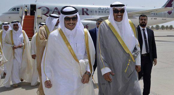 El ministro kuwaití de Exteriores (a la derecha) recibe a su homólogo de Qatar, este lunes en Kuwait. Foto: AP.
