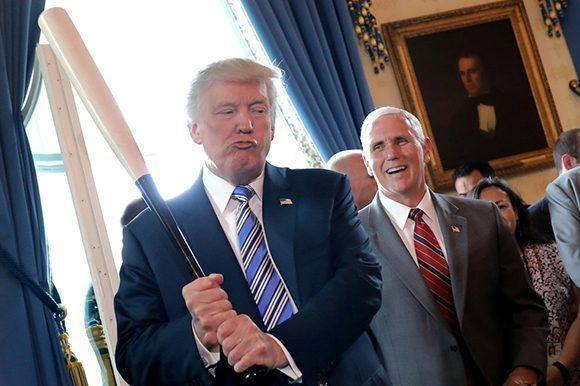 El vicepresidente Mike Pence sonríe mientras el presidente Donald Trump sostiene un bate de béisbol durante una muestra de productos 'Made in America' en la Casa Blanca, el 17 de julio de 2017. Foto: Reuters.