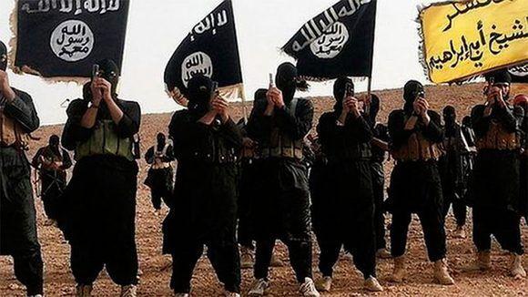 El Estado Islámico, llamado comúnmente como ISIS, DAESH o EI, es una organización radical extremista yihadista fundada con el objetivo de crear un estado islámico en Iraq y  su vecina Siria. Es un producto engendrado por las políticas de las potencias capitalistas lideradas por Estados Unidos.  Foto tomada de elperiodico.com