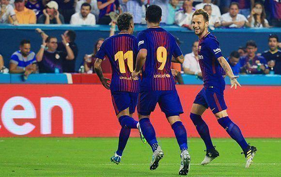 Neymar, Luis Suárez y Rakitic celebran en el clásico de pretemporada disputado en La Florida. Foto: AFP.