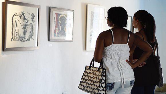 Visitantes de la muestra en la Casa Marqués de Arcos. Foto: Leysi Rubio/ Cubadebate