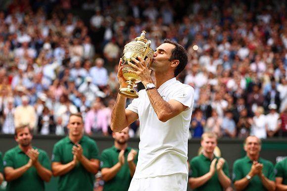 Octavo beso de Roger Federer al trofeo de Wimbledon. Foto: Getty Images.