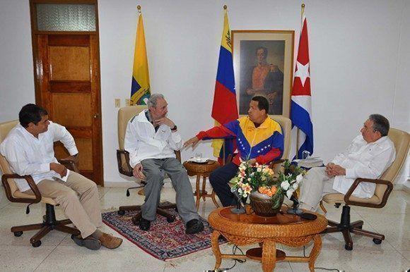 Durante un fraternal encuentro junto a Raúl Castro con los presidentes de Venezuela y Ecuador, Hugo Chávez y Rafael Correa, 21 de julio del 2011. Foto: Estudios/ Fidel Soldado de las Ideas.