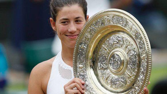 Garbiñe Muguruzacon el trofeo de Wimbledon. Foto: AFP.