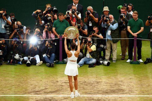 Garbiñe Muguruza posa para los fotógrafos tras la final de Wimbledon. Foto: Getty Images.