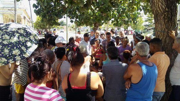 Cola para comprar el gas librerado en la calle Arango