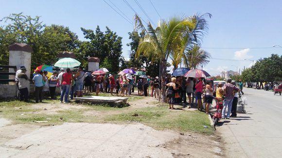 Cola para comprar el gas librerado en la calle Arango. Foto: Ismary Barcia/ 5 de Septiembre.
