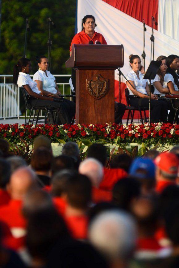 Gladys Martínez Verdecia, miembro del Comité Central del Partido y primera secretaria en la provincia Pinar del Río, interviene en el acto central por el aniversario 64 de la gesta del Moncada y Día de la Rebeldía Nacional, en Vueltabajo, Cuba, el 26 de julio de 2017. Foto: ACN/ Abel Padrón.
